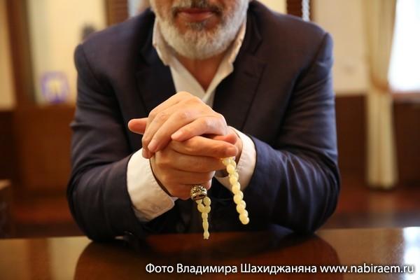 Архиепископ Езрас — патриарший экзарх, глава Российской и Ново-Нахичеванской епархии Армянской Апостольской Церкви.