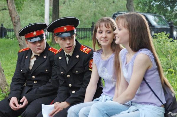 Описание: капитан вдв давыдов проводит время в летнем лагере, обучая подростков-кадетов военной жизни