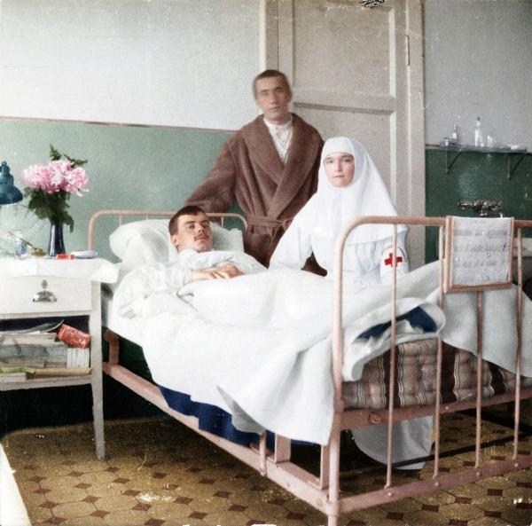 Великая княжна Ольга в палате с пациентом, 1915 год