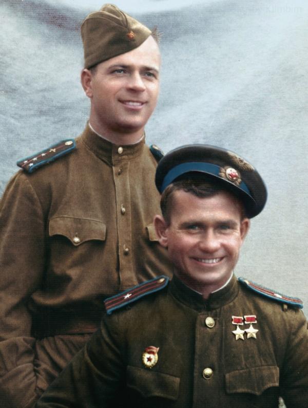 Дважды герой Советского Союза Василий Сергеевич Ефремов с товарищем