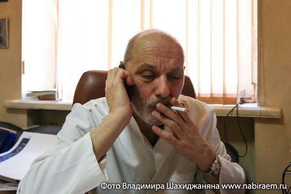 Михаил Алшибая курит
