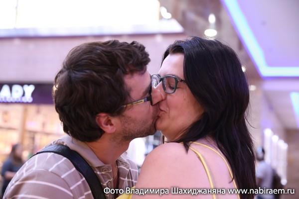 поцелуй напоказ