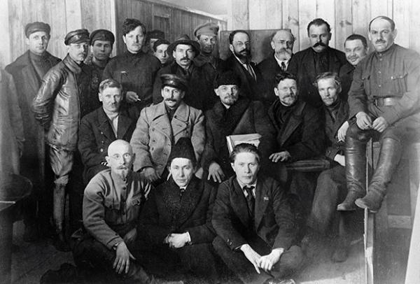 Иосиф Виссарионович Сталин, Владимир Ильич Ленин и Михаил Иванович Калинин (во втором ряду в центре слева направо) среди делегатов VIII съезда РКП (б). 1919 год