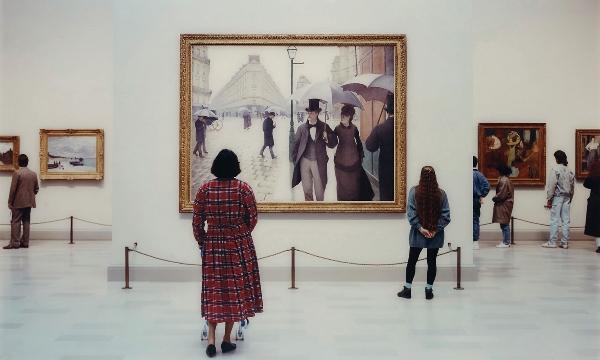 Посетители музея восхищаются живописью.