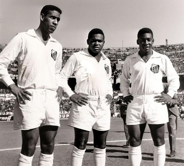 Пеле (справа) с товарищами по команде «Сантос» в 1957 году. Фото: Popperfoto/Getty Images.