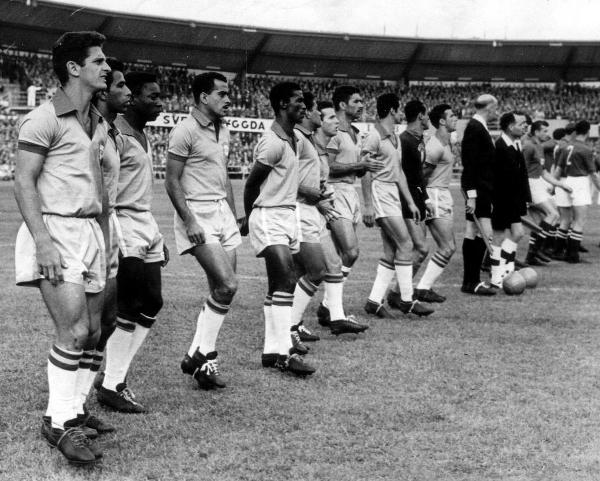 Пеле (третий слева) выстраивается в линию с бразильской сборной перед матчем со сборной Советского Союза. Фото: Popperfoto/Getty Images.