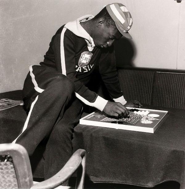 Пеле, известный как «гроссмейстер» паса, за настольной игрой. Фото: Popperfoto/Getty Images.