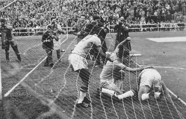 Товарищи Пеле по команде поздравляют его после победного гола. Фото: Mondadori Portfolio via Getty Images.