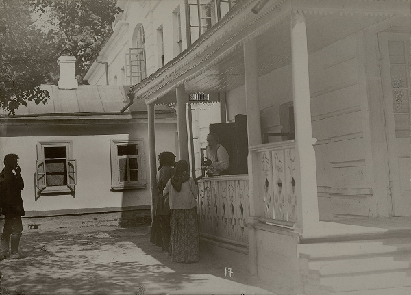 Л. Н. Толстой беседует с просителями-крестьянами. 1908 г. Фотограф: Карл Булла.