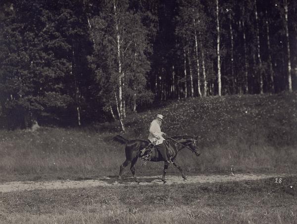 Л. Н. Толстой с Делиром. Фотограф: Карл Булла.