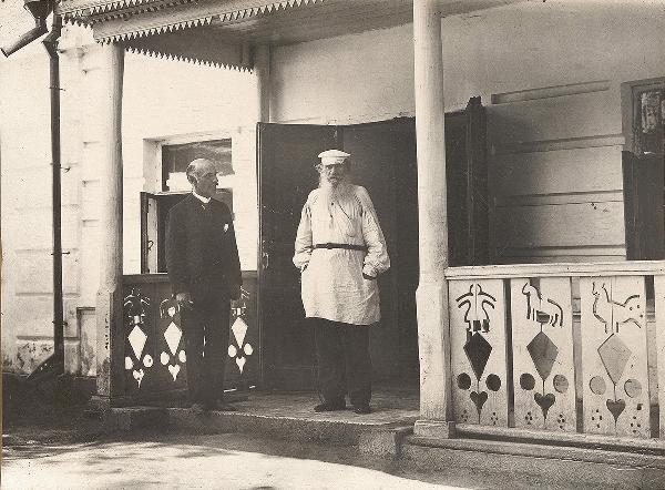 Л. Н. Толстой и К. К. Булла на крыльце дома в Ясной Поляне. Снимок сделал Виктор Булла, сын фотографа.