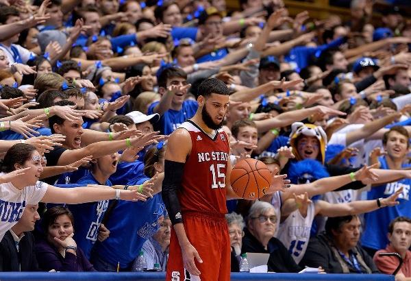 Баскетболист Коди Мартин, играющий за сборную Северной Каролины, возле секции болельщиков противников в матче 2016 года на стадионе в Дареме. Фото: Грант Халверсон/Getty Images.