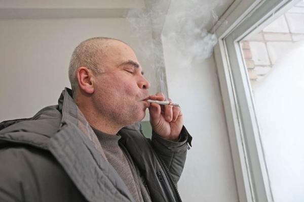 Курение в подъезде бесит соседей